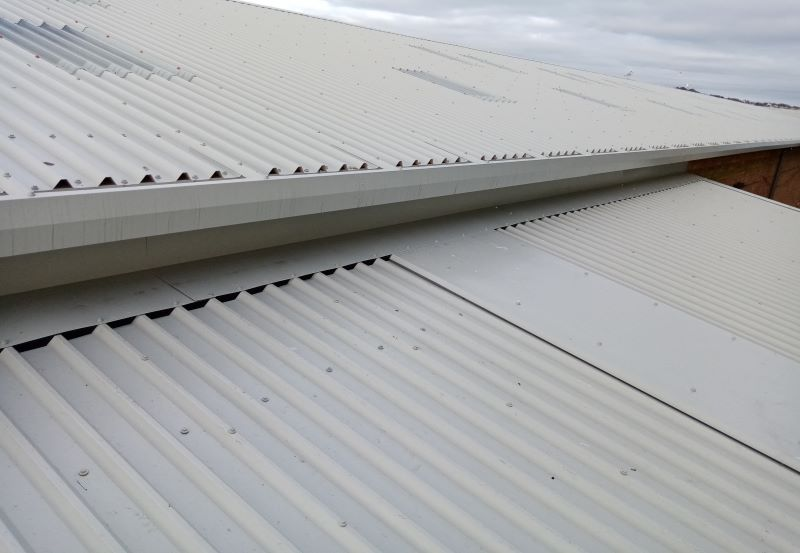 Composite roof with a Trimline gutter
